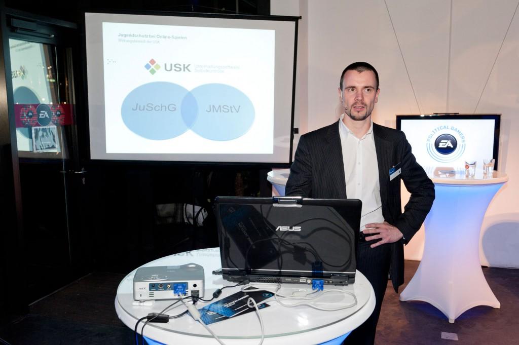 """Felix Falk, Geschäftsführer der USK, bei seiner Präsentation im Rahmen der """"Political Gamers 2.0"""" am 30. November 2010 in Berlin"""