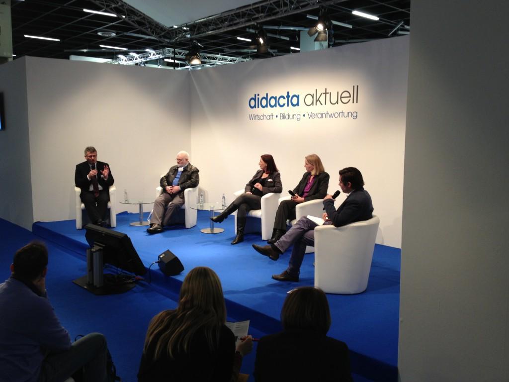 """Das Podium zum Thema """"Lernen der Zukunft"""". Es diskutierten (von links nach rechts) Dr. Peter Schell, Prof. Dr. Helmut M. Niegemann, Dr. Nadine Diekmann-Boubaker, Dr. Martina Lucht, Moderator Jan Hofer"""