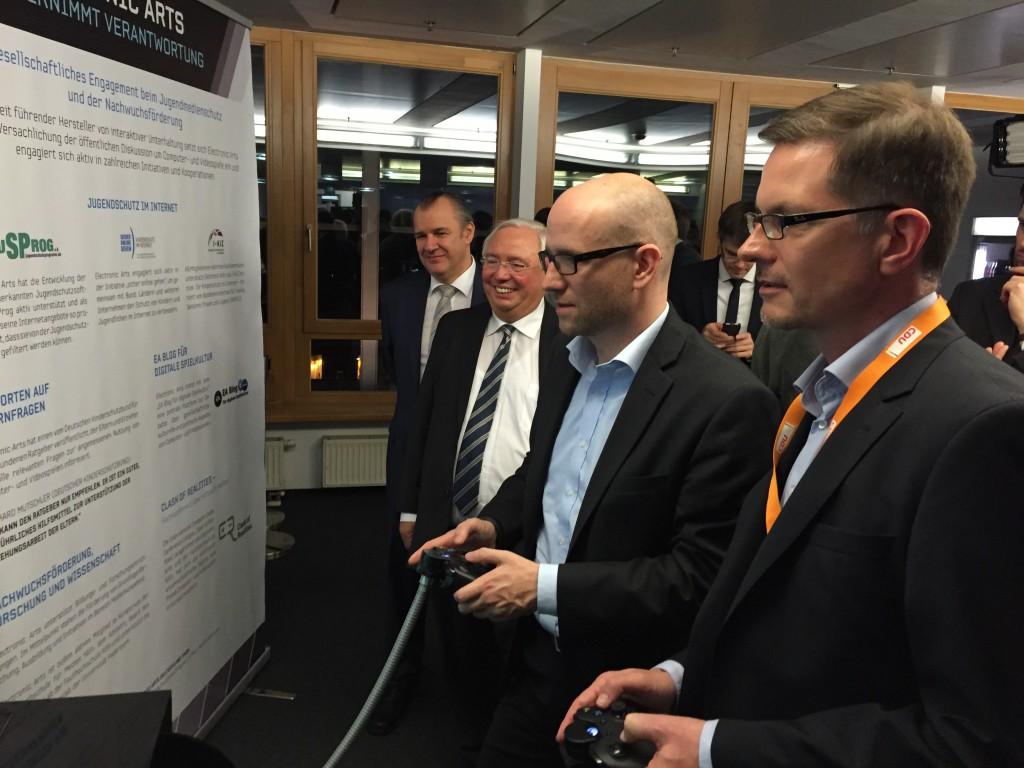 Peter Tauber, Generalsekretär der CDU und Jens Kosche, Geschäftsführer von EA Deutschland, bei einer Partie FIFA 15 auf der #cnight