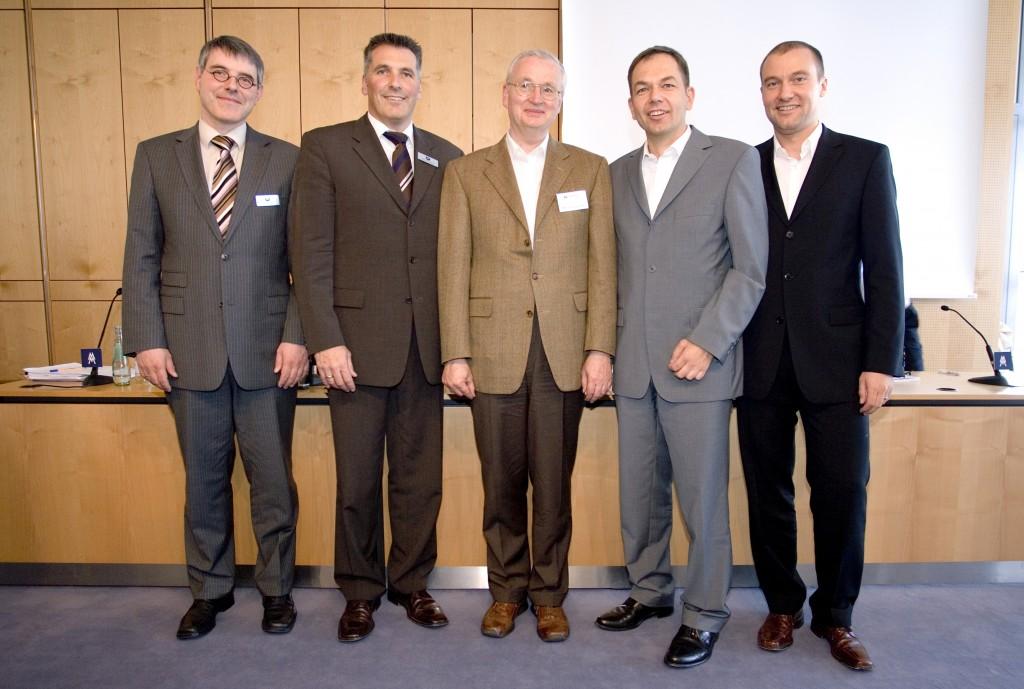 Die Anzug-Mode hat sich seit 2006 verändert, die Bedeutung von Medienkompetenz nicht. Teilnehmer der Pressekonferenz zum Start des Instituts waren von links nach rechts, Martin Lorber, Thomas Zeitner, Prof. Dr. Jürgen Fritz, Dr. Bernd Fakesch und Stefan Gundelach.
