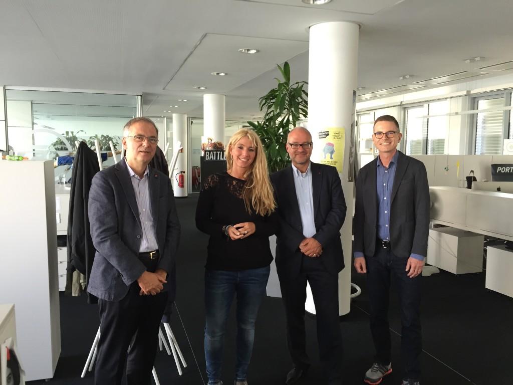 v.l. Heribert Hirte (MdB CDU), Nadine Monschau (Senior Manager Localization), Matthias W. Birkwald (MdB DIE LINKE) und Jens Kosche (Geschäftsführer Electronic Arts Deutschland) beim Besuch der Kölner Bundestagsabgeordneten in der Unternehmenszentrale von EA Deutschland um sich über die Potentiale der Computerspielbranche in Köln zu unterhalten.