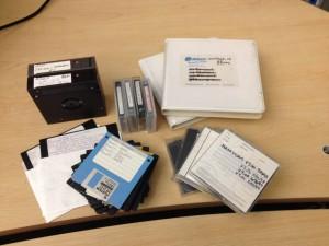 Bei der Archivierung digitaler Spiele trifft man auf allerlei veraltete Speichermedien. In diesem Bild zwei Syquest 88 MB Module, vier Zip discs, zwei DLT IV tapes, vier DAT tapes und 3,5/5,25 Disketten.