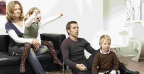 Gemeinsames Spielen digitaler Spiele von Eltern und Kindern hilft bei der Wahl des richtigen Geschenks.