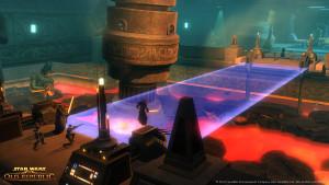 Screenshot aus Star Wars: The Old Republic - Eine imperiale Elitegruppe stürmt über eine Lichtbrücke in uralten Rakata-Ruinen